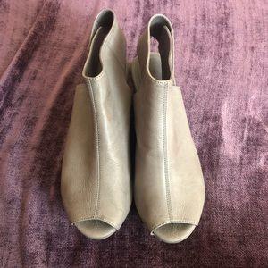 Platform open toe tan shoe
